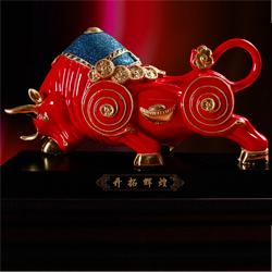 中国红 陶瓷漆线雕 牛气冲天